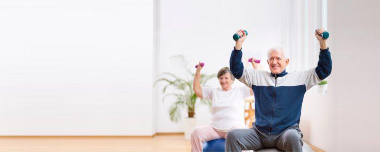 mann und frau üben auf einem gymnastikball reha herz